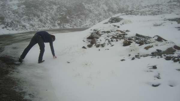 Las primeras nieves de la temporada cubren con un manto blanco las cumbres de Sierra Nevada