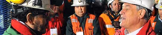 El presidente Piñera, con el último minero rescatado, Luis Urzúa