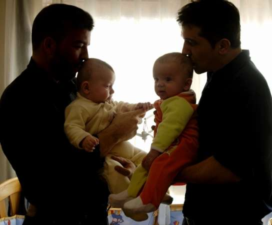 José y Juán, padres gays con una madre de alquiler.