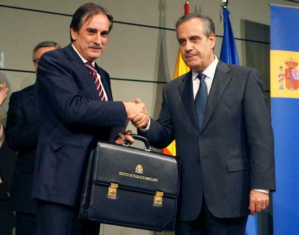 El nuevo ministro de Trabajo, Valeriano Gómez, con su antecesor Corbacho