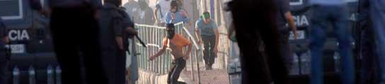 Un policía herido en Melilla durante unas protestas por la falta de empleo  (Imagen: F.G. Guerrero / EFE)