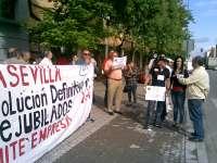 Los prejubilados de Mercasevilla protestan ante la Consejería de Empleo y cortan la avenida de Hytasa