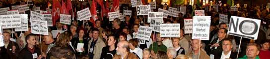 Manifestaciones en Barcelona y Santiago de Compostela contra la visita del Papa  (Imagen: TONI GARRIGA / EFE)