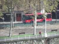 Un autobús de Bilbobus aparece manchado por el lanzamiento de huevos