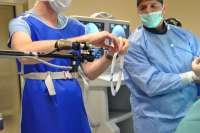 El Hospital de Manises inicia una técnica pionera en la Comunitat que resuelve patologías de columna