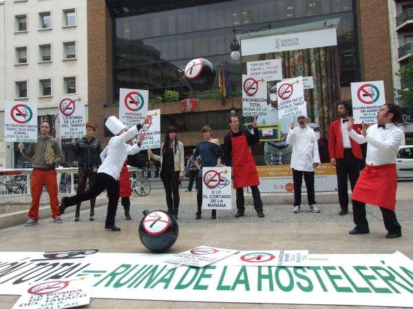 Hosteleros valencianos protestan contra la Ley de Tabaco y aseguran que puede causar la pérdida de 15.000 empleos