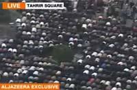 <p>Los manifestantes detienen su protesta para rezar.</p>