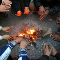 Manifestantes se calientan junto a una hoguera en la plaza de Tahrir en El Cairo en la madrugada del sábado.