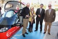 La primera vuelta al mundo en coches eléctricos recarga sus vehículos en el punto habilitado en Málaga