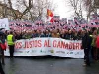 Miles de ganaderos desafían a la lluvia en Valladolid para reclamar a Junta y Gobierno