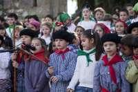 Medio millar de escolares de tres colegios de Camargo cantan las Marzas en la Plaza del Ayuntamiento