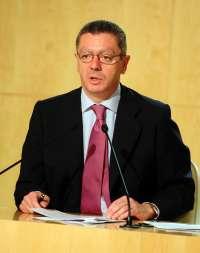 Gallardón alaba el modelo del PP extremeño de hacer un programa con opiniones y propuestas de la gente