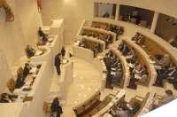 El Parlamento debate este lunes sobre el déficit, la financiación de Valdecilla y los montes de utilidad pública