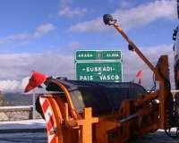 Los puertos alaveses de Herrera y Zaldiaran están cerrados a vehículos pesados y los turismos deben circular con cadenas