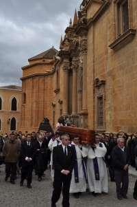 Unas 4.500 personas asisten a los funerales y entierro del obispo emérito de Guadix