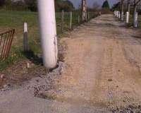 Roban unos 50 metros de carretera recién asfaltada en los accesos a la playa de Mogro (Cantabria)