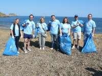 Bauzá retira junto a un centenar de personas media tonelada de basura de la playa menorquina de Binimel·la