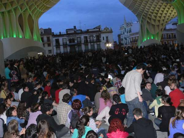 La concentración concluye con un grito y unos cientos de personas pernoctan en la Encarnación