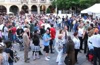 Los 'indignados' debaten en la plaza Mayor