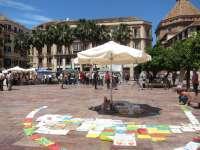 Los 'indignados' continúan con el campamento en la plaza de la Constitución, aunque acuerdan hacer relevos