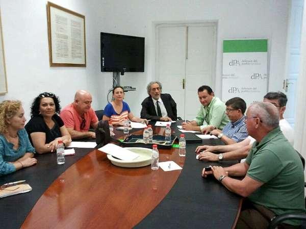 Chamizo se compromete ante CCOO y UGT a mediar con la Junta para solucionar el problema de los acampados en San Telmo
