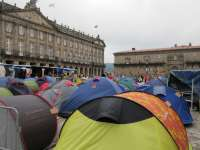Los 'indignados' en Santiago iniciarán charlas en los barrios y en Ourense se manifiestan ante la Diputación