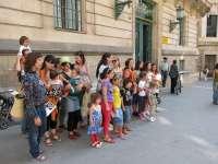 Una veintena de personas se concentra en Palma contra la retirada a una madre de la custodia de su bebé en Madrid