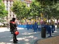 El movimiento 15M Pamplona protesta ante el Parlamento de Navarra con motivo de su constitución