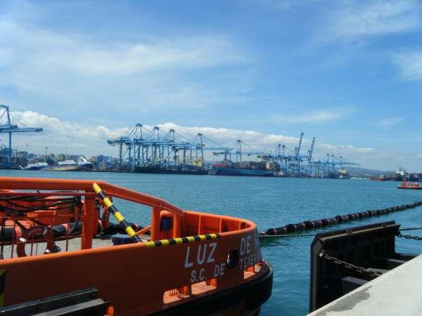 La compañía Svitzer ha descargado 50 de los 67 contenedores del buque escorado en el puerto de Algeciras