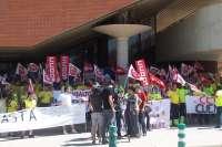 Más de un centenar de trabajadores y delegados sindicales exigen a Transaltozano que cumpla el convenio