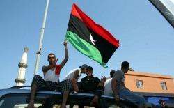 <p>Libios celebran el control tomado por las fuerzas rebeldes en gran parte de la ciudad de Trípoli (Libia).</p>