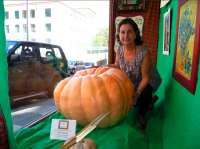 Una tienda de Cáceres expone en su escaparate una calabaza de casi 109 kilos cultivada por la dueña del local