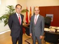 El presidente del Parlamento de Navarra recibe al pamplonés Aiki Mauleón, nuevo cónsul de España en Finlandia