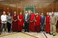 El alcalde de Pamplona recibe a un grupo de monjes tibetanos del monasterio Gaden Shartse