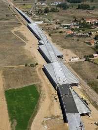 Adif finaliza la pérgola de Torneros sobre la línea Venta de Baños-Gijón y el futuro Complejo Ferroviario en León