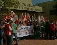 Unos 50 delegados sindicales se concentran en protesta por la no renovación de 75 profesores asociados de la UEx