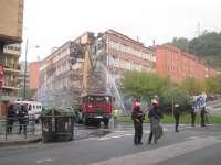 Ertzaintza disuelve un protesta en el Ayuntamiento de un grupo de personas que lanzó piedras contra la fachada