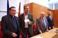Los Caballeros del Monasterio de Yuste donan 6.000 euros a la Mesa Solidaria del Ayuntamiento de Lorca