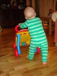 Podólogos recomiendan tratar el pie infantil desde el nacimiento y que los niños caminen descalzos