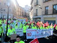 Unos 200 trabajadores de Ambulancias Transaltozano se manifiestan en Toledo para reclamar el cobro de sus nóminas