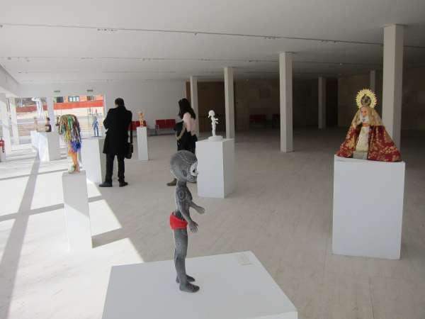 El Palacio de Congresos de Cáceres acoge una muestra con intervenciones artísticas sobre la muñeca Nancy
