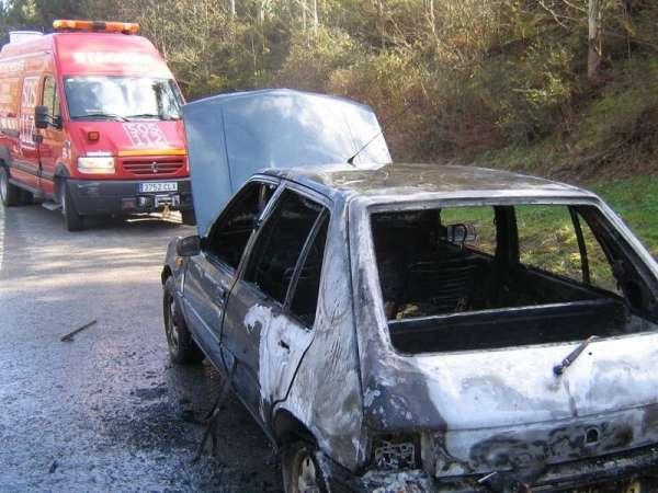 Calcinado un coche que se incendió mientras circulaba en la N-629, cerca de Ramales