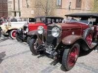 Más de 30 coches clásicos recorren las calles de Toledo para disfrute de vecinos y turistas
