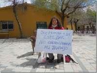 Una herrera hace una sentada ante el bar de Basardilla (Segovia) para reclamar que le paguen su trabajo