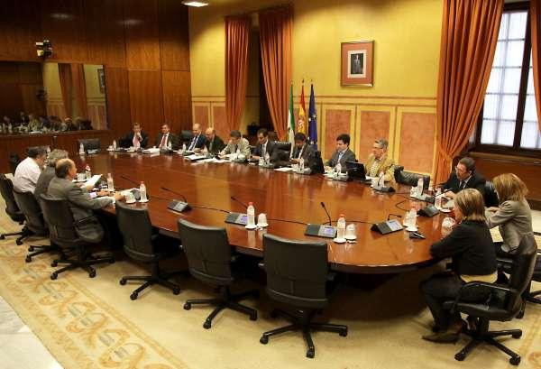 Los diputados del Parlamento andaluz cobrarán un mínimo de 3.913 euros al mes y dispondrán de ordenador portátil