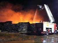 Controlado el incendio en la fábrica de Ence que quedará extinguido cuando se consuma el combustible
