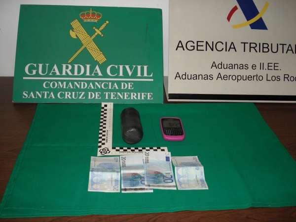 Arrestado un hombre en Tenerife por intentar abrir la puerta de emergencia de un avión en pleno vuelo