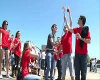 Miles de universitarios asisten al polémico 'macrobotellón' en el Grao