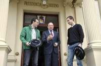 Sanz ha felicitado a los pelotaris riojanos Titín III y Merino II por su triunfo en el Campeonato de Parejas