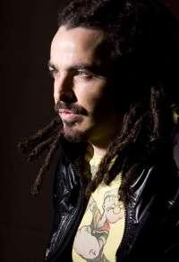 En cantante Huecco apoya las energías renovables en Canarias y muestra su oposición al petróleo